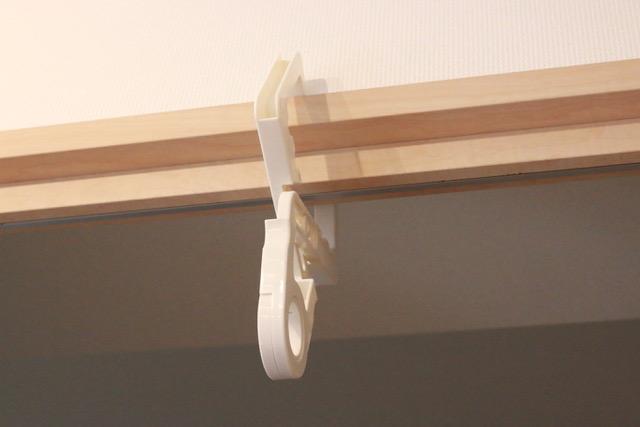 これは便利!洗濯物を室内干しできるドア枠&鴨居フックは、室内の加湿もできて一石二鳥。