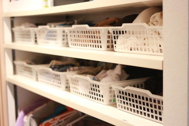 めんどくさがりの夫でもできる!靴下やハンカチなどの小物を棚に整理収納★カゴを使うと洋服の臭い対策にも効果あり!