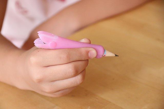 柔らかな使い心地の鉛筆補助軸が、筆圧の弱い息子にピッタリだった。
