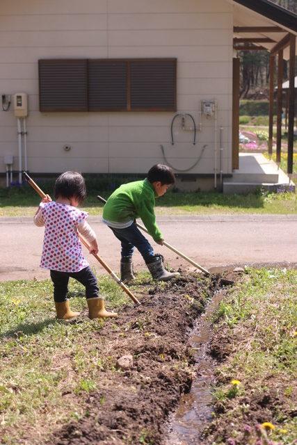 畑の横に川づくり♪子供達は大はしゃぎ[家庭菜園:2019年5月]